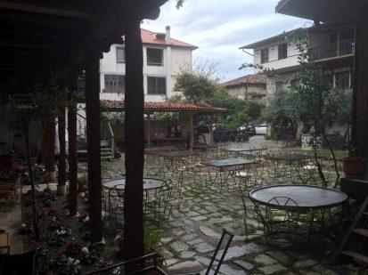 Regen!!!!!!!!!! Innenhof Hotel Tradita