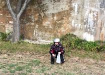 Sozia beim Nüsse sammeln