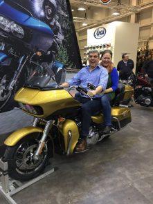 Fremdgänger auf amerikanischem Schwermetall (Harley Davidson)