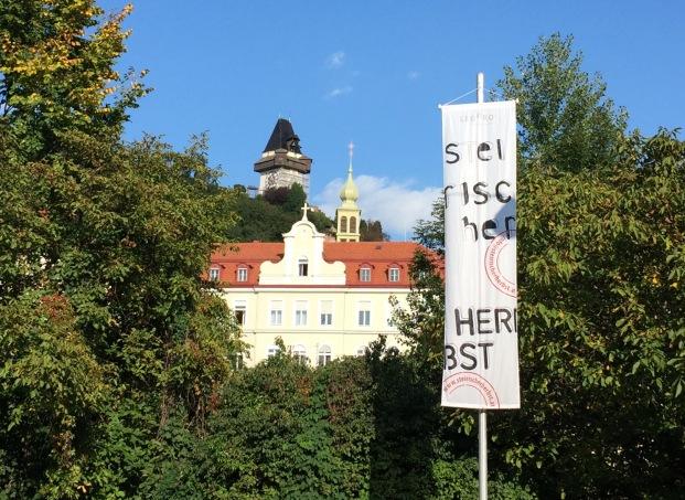 Uhrturm in Graz und Flagge vom Steierischen Herbst
