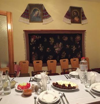 Der Tisch ist gedeckt in der Gaststube