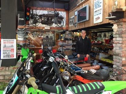 Beim Motorradhändler