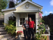 Wir in unserem Häuschen in Kittys B&B Bluff Hills in Napier