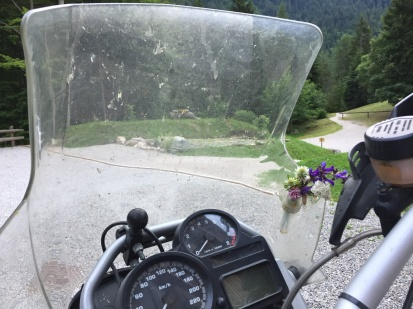 Man beachte den Blumenschmuck auf der BMW!