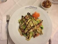 Salat mit Avokado und Zedernnüssen